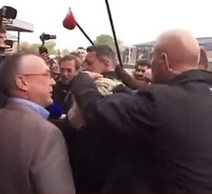 Marine Le Pen, atacata cu oua la un eveniment de campanie (Video)