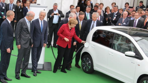 Merkel isi ia mainile de pe Volkswagen: Fara subventii pentru masinile electrice