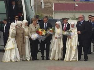 Merkel si Tusk au mers intr-o tabara de refugiati din Turcia, pe fondul tensiunilor dintre Ankara si UE (Foto)