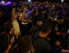 Mii de romani au strigat in strada ca nu vor sa fie condusi de penali. Jandarmii au intervenit in forta, au lovit protestatari si i-au tarat in dube (Foto & Video)