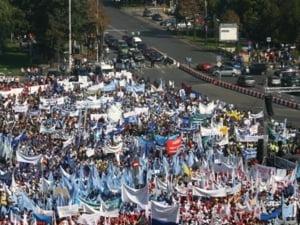 """Mii de sindicalisti au protestat la Guvern cu un sicriu si o cruce: """"Jos cu mincinosii!"""""""