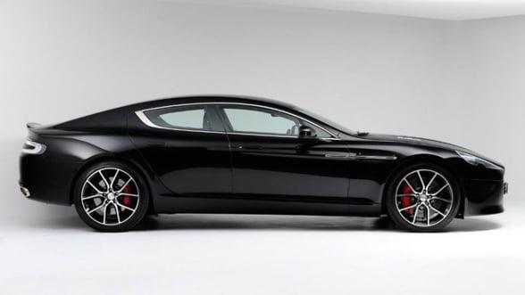 Minibar de lux pe roti: Savureaza combinatia Aston Martin - Dom Perignon