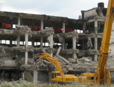 Ministerul Turismului vrea sa demoleze 100 de constructii. A inceput cu Litoralul