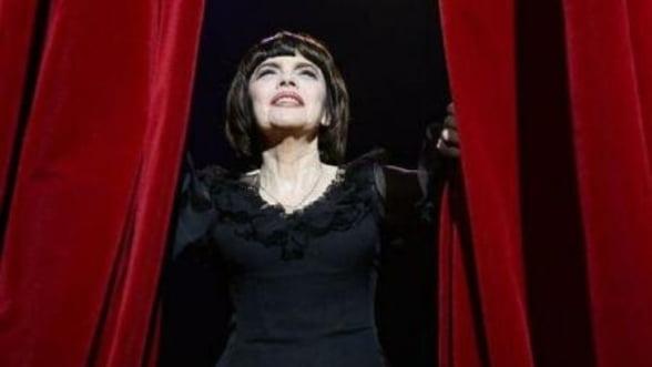 Mireille Mathieu sarbatoreste 50 de ani de cariera la un celebrul teatru parizian