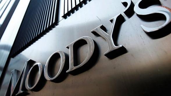 Moody's a retrogradat ratingurile a cinci banci din Grecia