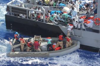 NATO, gata sa intervina in criza imigrantilor: Planul UE starneste rasul!