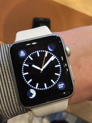 Nebunie la lansarea Apple Watch: Ceasul inteligent s-a vandut in 6 ore. Cozi si clienti nemultumiti
