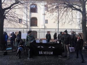 Nou flashmob in fata sediului PSD din Sibiu. Protestatarii s-au imbracat in negru, in semn de respect pentru doliul national