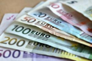 Nou minim istoric pentru moneda nationala. BNR a cotat euro la 4,8641 lei