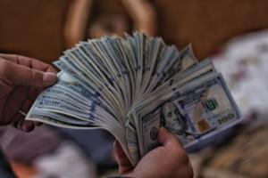 O chelnerita a primit un bacsis de 2.000 de dolari. Femeia sustine ca angajatorul refuza sa-i dea toata suma