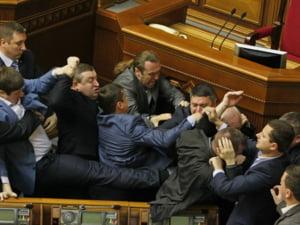 O imagine cu deputati ucraineni care se bat in Parlament, comparata cu arta renascentista FOTO