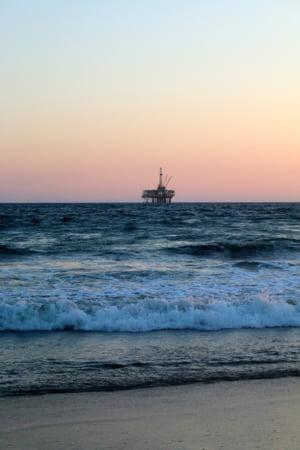 O platforma petroliera avariata otraveste zilnic Oceanul Atlantic, de 15 ani