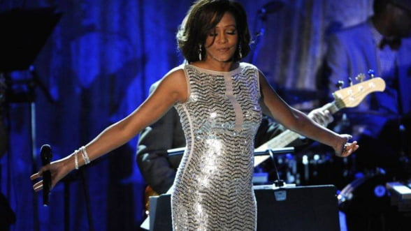 O rochie si cerceii lui Whitney Houston, scoase la licitatie