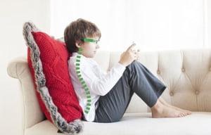 Ochelarii care au grija de postura celor mici - Le pot inchide jocul daca nu asculta (Video)