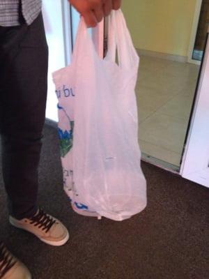 Orasul care interzice pungile de plastic