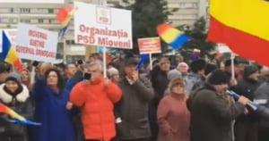 """PSD si-a scos membrii de partid la un miting pentru sustinerea lui Dragnea la Pitesti: """"Jos Iohannis! Huo! Nazistii!"""""""