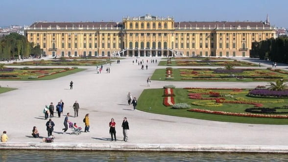 Palatul Schonbrunn, hotel pentru turistii de lux. Cat costa un apartament imperial