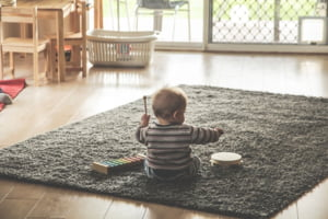 Parintii vor fi incurajati sa revina la munca pana la implinirea varstei de sase luni a copilului. Guvernul a aprobat majorarea stimulentului de reinsertie la 1.500 de lei VIDEO