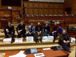 Parlamentarii USR au ramas peste noapte in Parlament si continua protestul din Camera Deputatilor