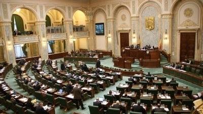 Pensiile funcționarilor UE, în atenția senatorilor chemați din vacanță