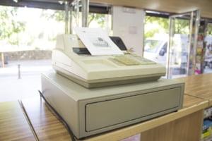 Persoanele care detin automate, precum cele de cafea, sunt obligate sa le doteze cu aparate de marcat