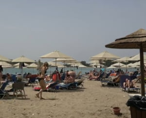 Peste 500 de plaje din Grecia au fost redeschise. Localnicii au stat si la coada ca sa prinda loc (Video)