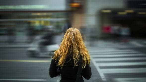 Pietonii care traverseaza strada vorbind la telefon vor plati amenzi usturatoare, in Lituania