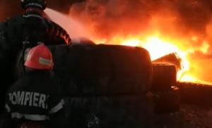 Pompierii inca intervin la depozitul de cauciucuri din Galati. Paguba este de 400.000 de euro (Video)