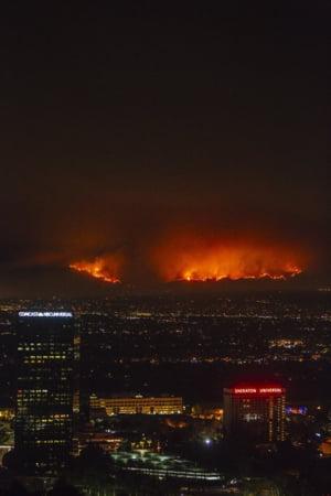 Pompierii se lupta sa stinga cel mai mare incendiu din istoria metropolei Los Angeles