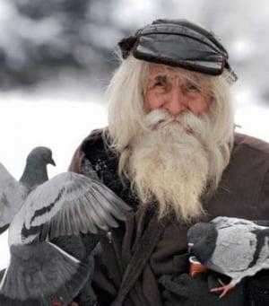 Povestea barbatului de 99 de ani care cerseste pentru a face donatii