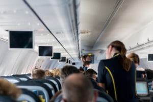 Premiera in Romania: Daune morale de 10.000 de euro dupa ce o stewardesa a varsat apa fierbinte peste o pasagera