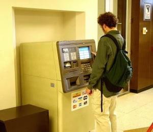Presedintele Institutului Bancar Roman: Comisioanele de retragere la ATM-uri sunt prea mari
