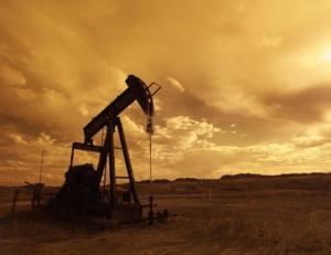 Pretul petrolului american se prabuseste la cel mai redus nivel din ultimele trei decenii