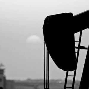 Pretul petrolului oscileaza foarte aproape de recordul istoric