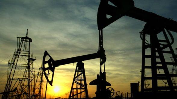 Pretul petrolului scade. Pretul benzinei creste, in Romania
