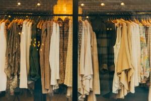 Prima tara care va interzice distrugerea hainelor si cosmeticelor nevandute