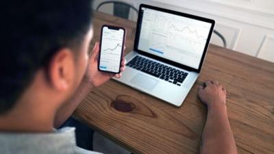 Primii pași pe bursă: ponturi pentru tranzacții online, fără risc