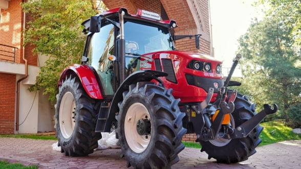 Primul tractor agricol fabricat in Romania dupa o pauza de 10 ani are comenzi prin radio si aer conditionat
