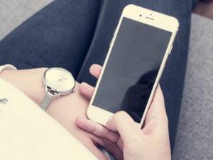 Profesor de comunicare: Impulsul de a impartasi evenimente din viata noastra nu este narcisist si precede cu mult Facebook