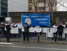Profesorii au iesit in strada: Suntem platiti mai prost decat soferii din primarii. Guvernul vrea o tara de needucati (Video)