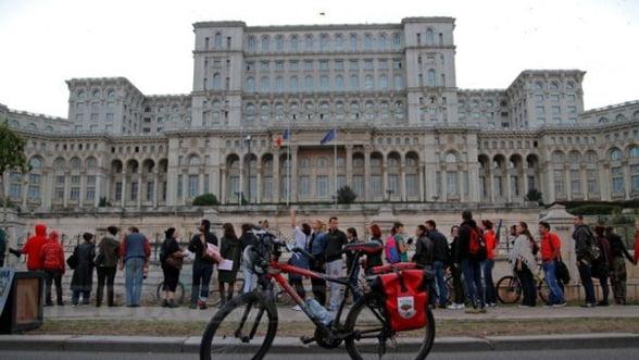Protest in lant in jurul Palatului Parlamentului fata de proiectul Rosia Montana