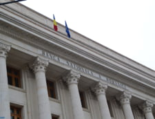 Protest la BNR: Se cere demisia lui Isarescu - Guvernatorul invita manifestantii la dialog
