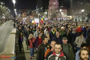 """Protestele #rezist au continuat cu un mars de ore intregi prin Bucuresti. La DNA s-a aplaudat si s-a strigat """"Codruta, Codruta, leag-o pe Olguta!"""""""