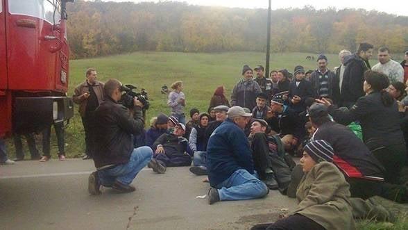 Protestele de la Pungesti continua si dupa retragerea jandarmilor si a utilajelor Chevron