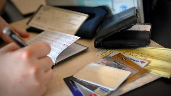 Restantele romanilor la credite au crescut cu 32,6% in martie 2013 fata de anul trecut