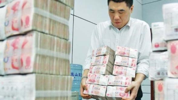 Rezervele valutare ale Chinei au scazut prima data in peste un deceniu