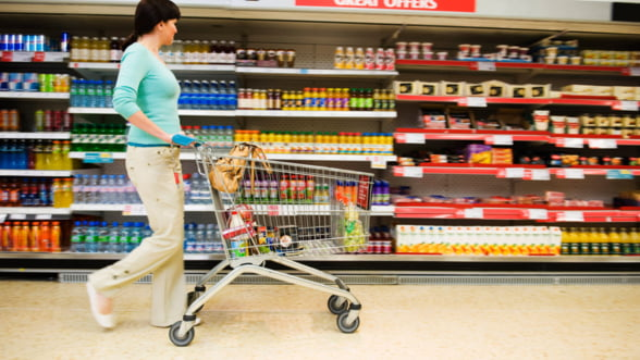 Romanii cumpara cu o cincime mai putin decat in 2008