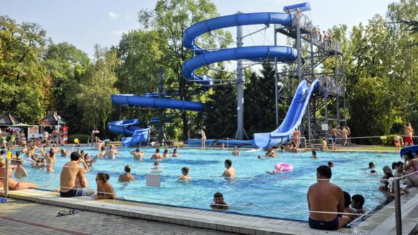Romanii din Vestul tarii mai bine merg la piscina in Ungaria, decat la noi
