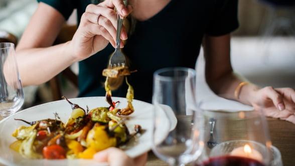 Romanii nu se uita la bani cand sunt in vacanta si mananca la restaurant. Suntem primii intr-un top mondial!