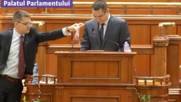 "Rosia Montana, aur si circ. Ponta a fost ""agresat"" in timpul discursului din Parlament"
